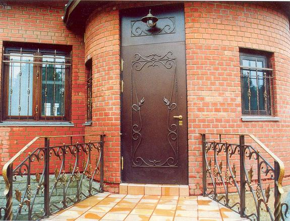 входные двери в частный дом кованые