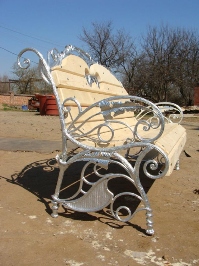 Красивые скамейки из металла